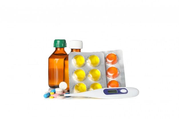 Verschillende medicijnen en elektronische thermometer geïsoleerd op een witte achtergrond