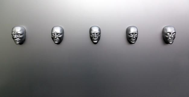 Verschillende menselijke emoties, sculpturaal masker aan de muur, vooraanzicht. emotieconcept, gezichtsmodellen