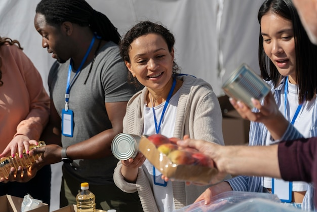 Verschillende mensen die vrijwilligerswerk doen met eten