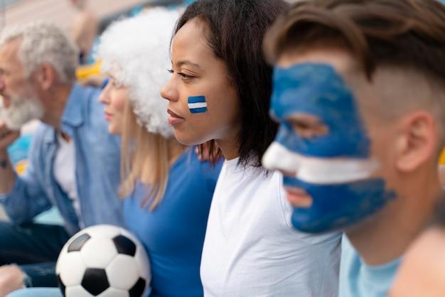 Verschillende mensen kijken naar een voetbalteam