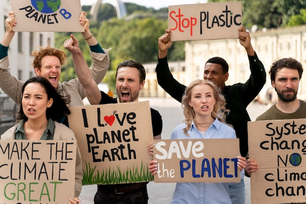 Verschillende mensen marcheren in protest tegen klimaatverandering