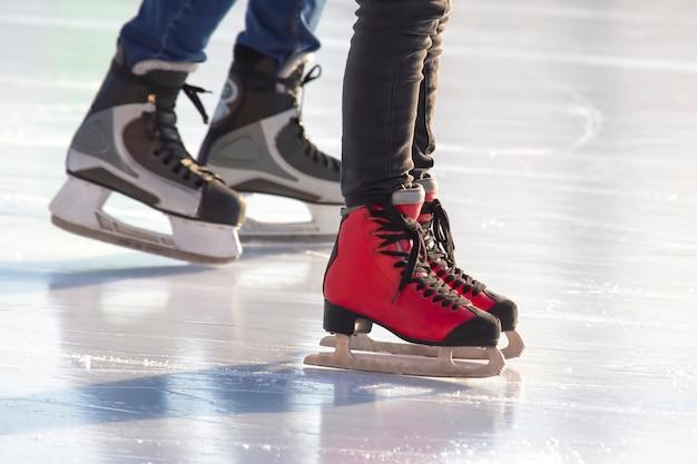 Verschillende mensen schaatsen actief op een ijsbaan. hobby's en vrije tijd. wintersport