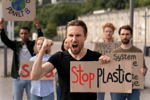 Verschillende mensen sluiten zich aan bij een protest tegen de opwarming van de aarde