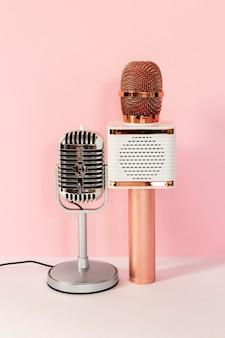 Verschillende microfoons met roze achtergrond