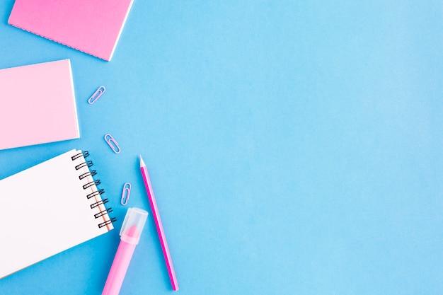 Verschillende notebooks op een blauw oppervlak