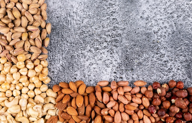 Verschillende noten met pecannoten, pistachenoten, amandel, pinda, cashew, pijnboompitten bovenaanzicht
