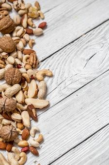 Verschillende noten op witte houten tafel,