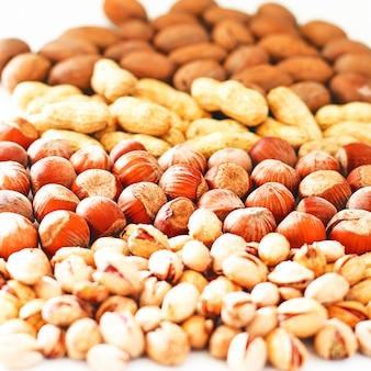 Verschillende noten selectie: hazelnoten, pistache en pecannoten in glas