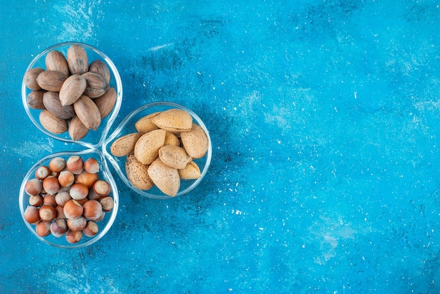 Verschillende notenkommen, op de blauwe tafel.
