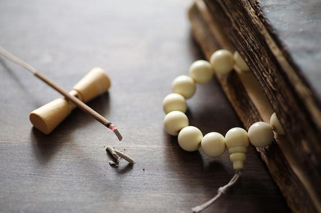 Verschillende objecten met traditionele religieuze oosterse op een houten achtergrond
