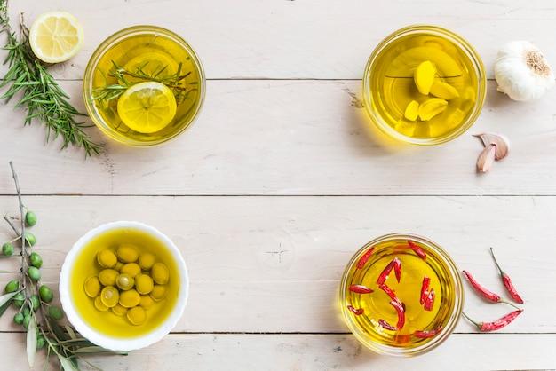 Verschillende oliën rozemarijn en citroen, fris, knoflook en olijfolie