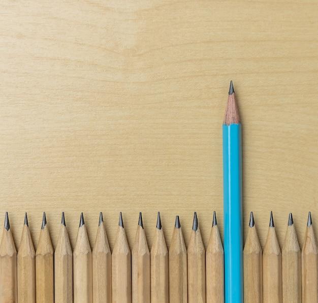 Verschillende opvallende potloden tonen leiderschap.