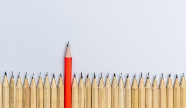 Verschillende opvallende potlood tonen leiderschap concept.