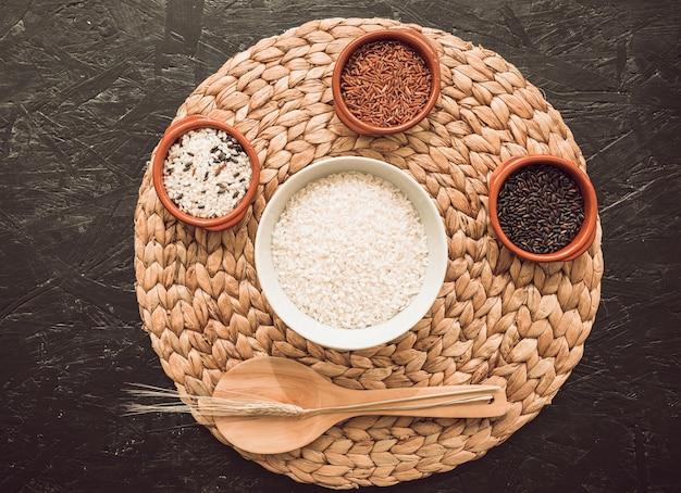 Verschillende organische rijstkommen over de cirkelvormige placemat