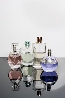Verschillende parfumflesjes met reflecties