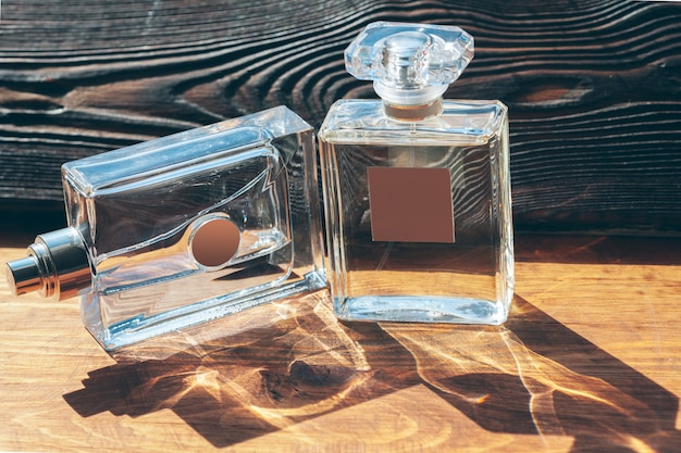 Verschillende parfumflesjes op de houten