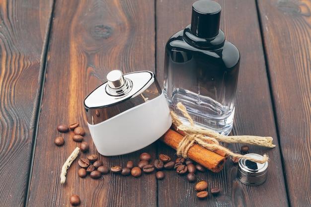 Verschillende parfumflessen op houten