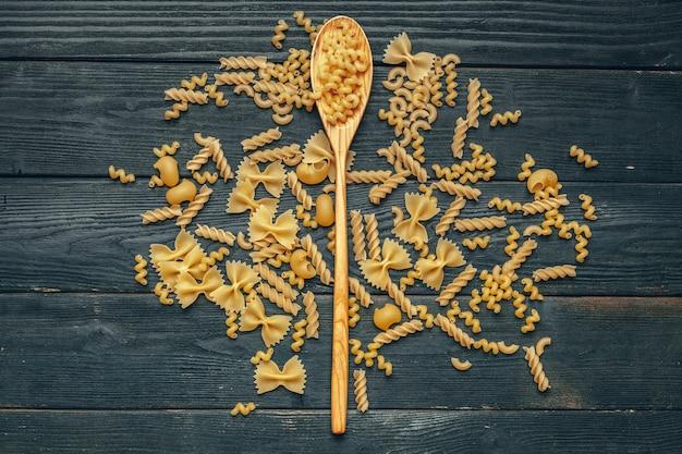 Verschillende pasta op lepel