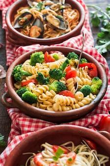 Verschillende pastasalade in het aardewerk