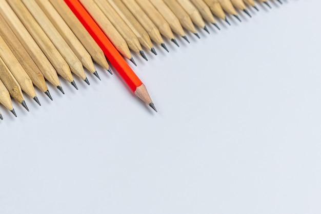 Verschillende potlood opvallende tonen leiderschap concept.