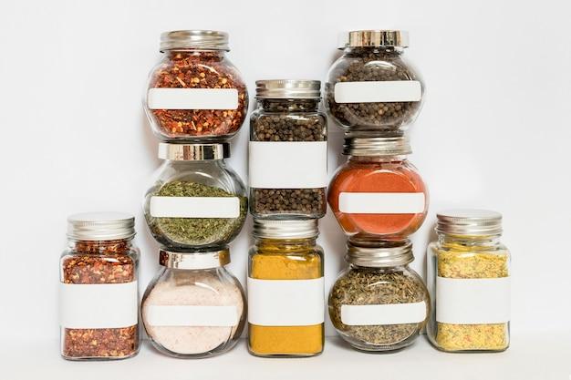 Verschillende potten met kruiden en specerijen