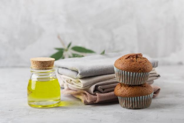 Verschillende producten van marihuana. muffins bakken van cannabis, natuurlijke cdb-stof en olie
