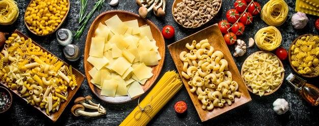 Verschillende rauwe pasta. bovenaanzicht