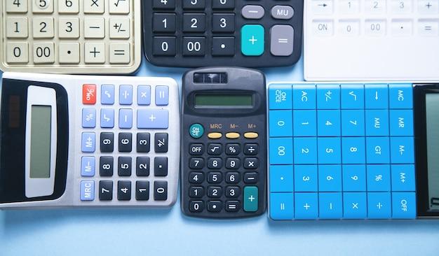 Verschillende rekenmachines. bedrijf. financiën. boekhouding