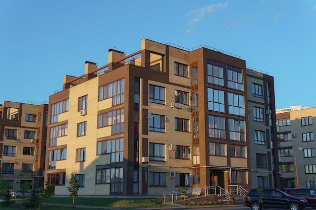 Verschillende residentiële appartementsgebouwen aan de rand van de stad.