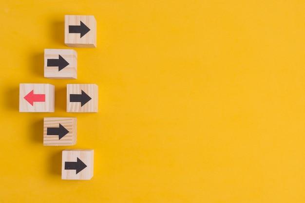 Verschillende richtingenpijlen op oranje achtergrond met exemplaarruimte