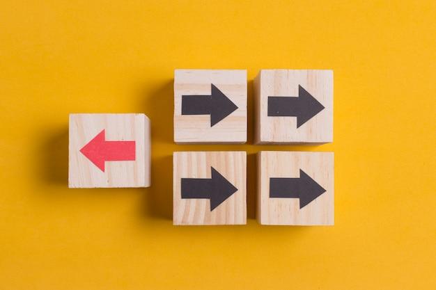 Verschillende richtingenpijlen op oranje achtergrond