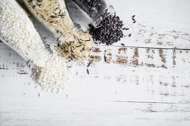 Verschillende rijst verspreid van flessen