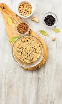 Verschillende rijstsoorten in kommen op houten bord