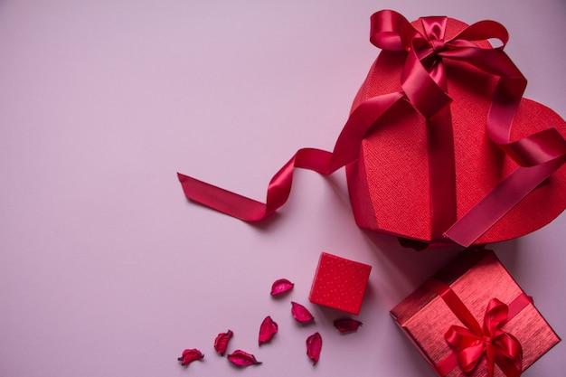 Verschillende rode geschenkdozen van verschillende vormen met rood lint