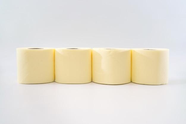 Verschillende rollen wc-papier op een witte achtergrond.