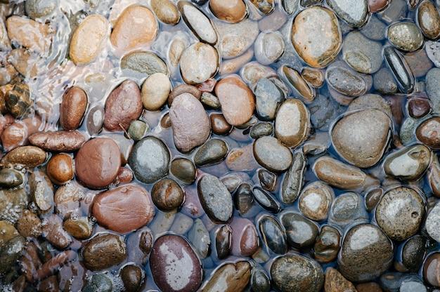 Verschillende rotsen in de rivier