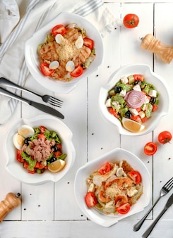Verschillende salades op de tafelblad bekijken