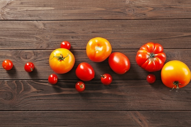 Verschillende sappige tomaten op houten