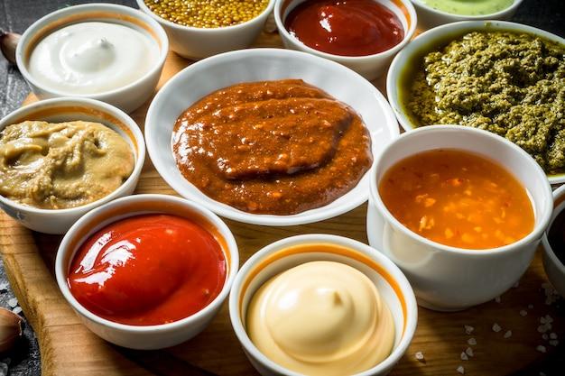 Verschillende sauzen op de snijplank. op rustiek