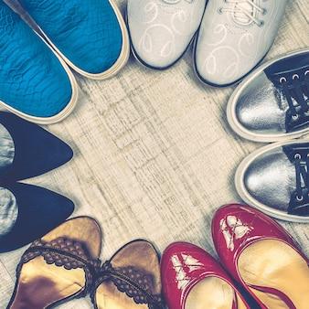 Verschillende schoenen tot op de vloer.