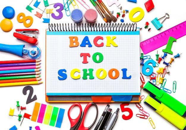 Verschillende schoolbenodigdheden geïsoleerd op een witte achtergrond
