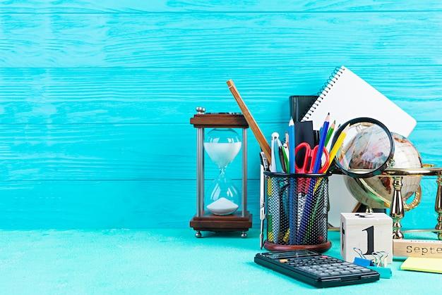Verschillende schoolbenodigdheden op blauwe achtergrond. concept terug naar school