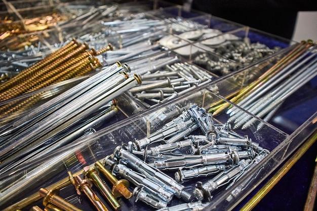 Verschillende schroeven en andere onderdelen gesorteerd in een doos