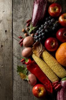 Verschillende seizoensgebonden herfst groenten en fruit op houten achtergrond