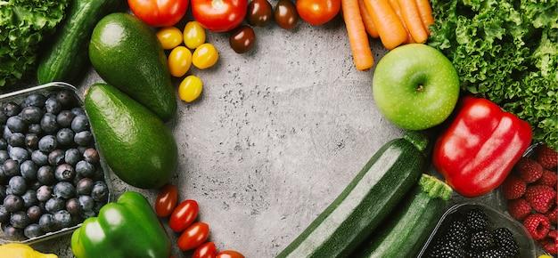 Verschillende smakelijke groenten op ruwe achtergrond