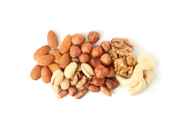 Verschillende smakelijke noten geïsoleerd op een witte achtergrond. vitamine voedsel
