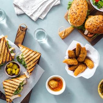 Verschillende snacks gegrilde sandwich nuggets bovenaanzicht outdoor food