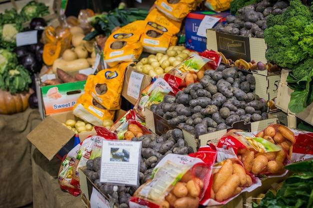 Verschillende soorten aardappel op de markt