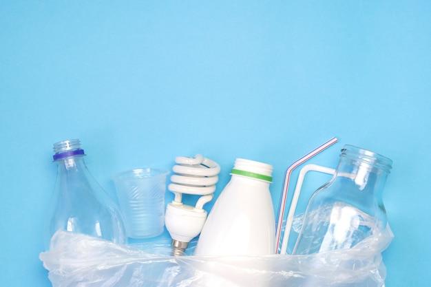 Verschillende soorten afval op blauwe achtergrond