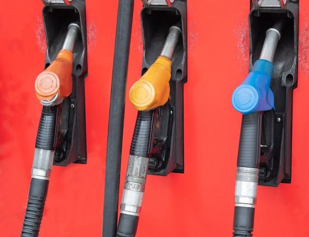 Verschillende soorten auto-brandstofpompen geïnstalleerd in benzinestations.